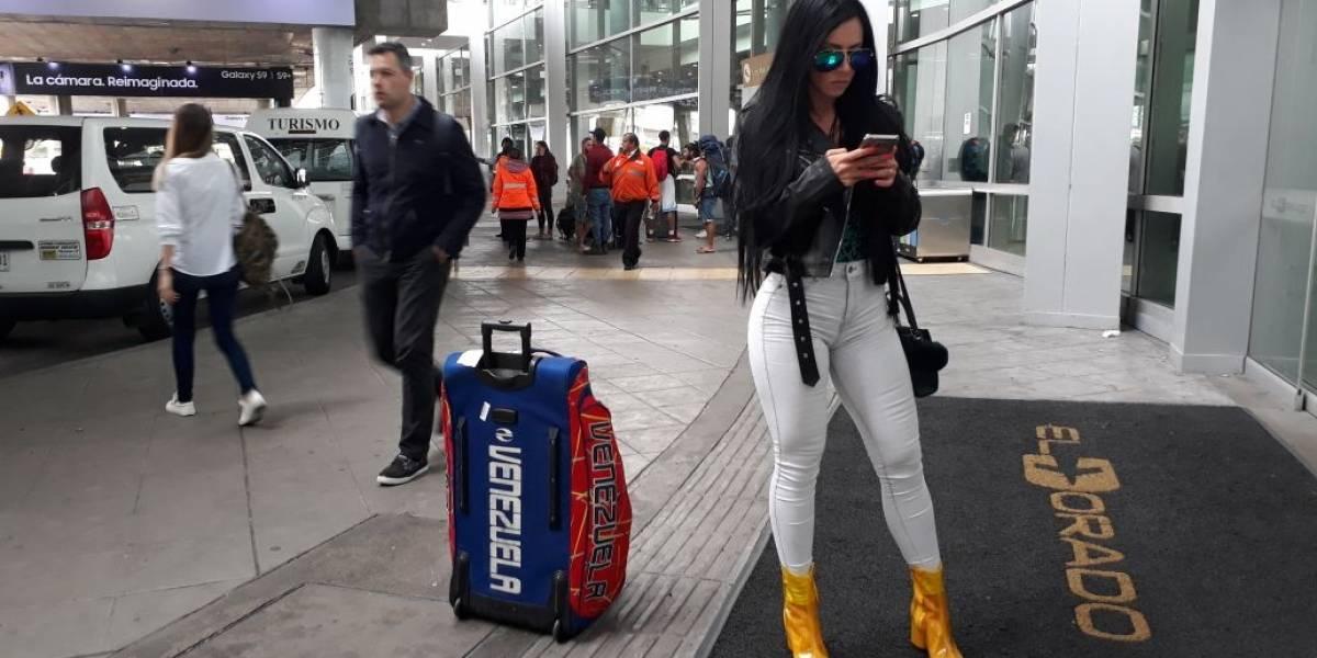 Chica Playboy que iba a dar un show se quedó sin ropa por una aerolínea