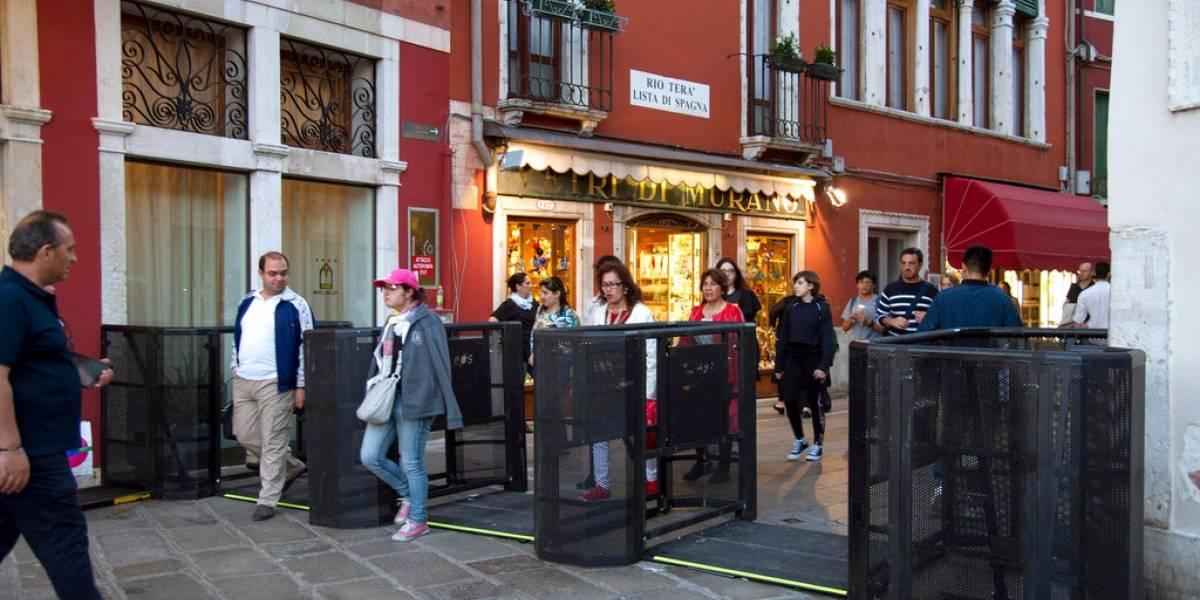 """En Venecia no quieren nada con los turistas: colocan puertas en puentes en caso de que visitas """"sean demasiadas"""""""