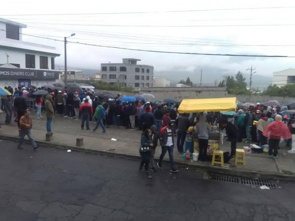 Liga de Quito vs Barcelona Sc: larga fila para adquirir tu entrada