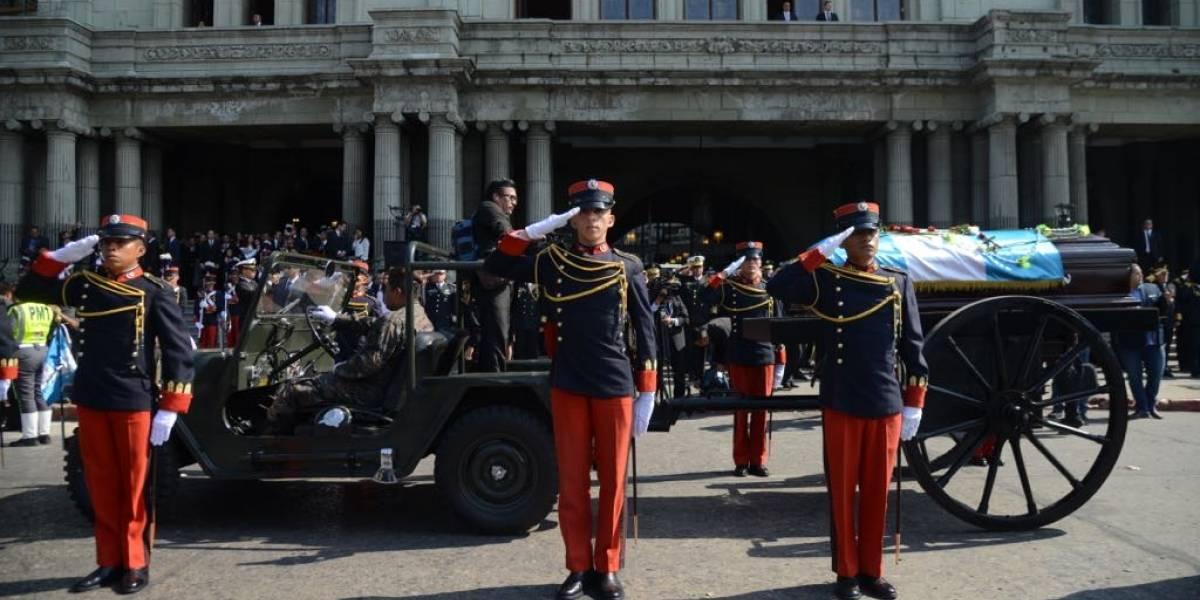Tras emotivo acto en el Palacio Nacional, trasladan los restos mortales de Arzú a la Municipalidad