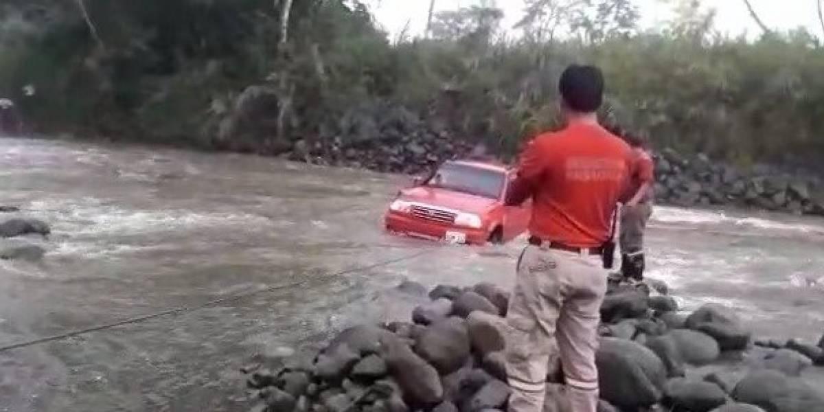 Rescatan a ciudadano atrapado en el río Plazayacu