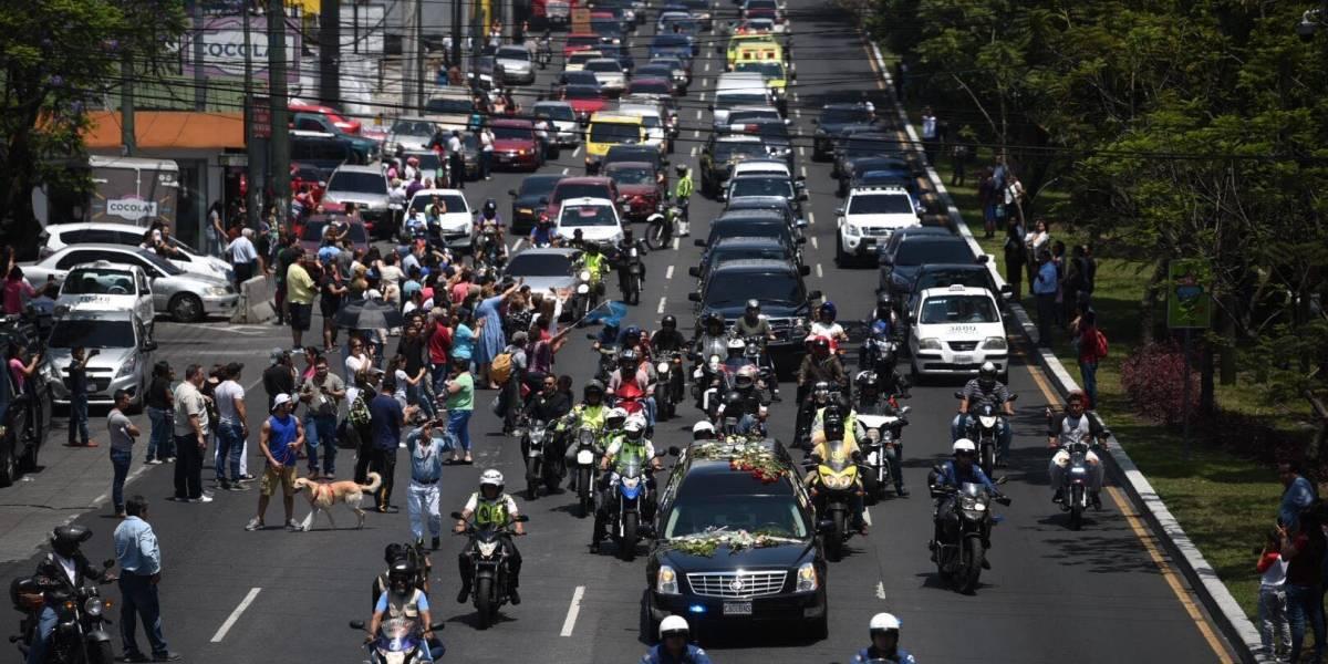 Guatemaltecos dan último adiós a Arzú antes de partir al lugar de su descanso eterno