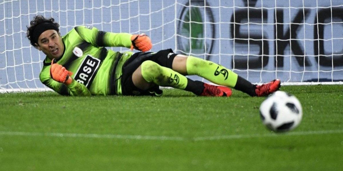 Guillermo Ochoa ataja penal en victoria del Standard Lieja