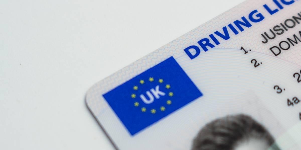 Le confiscan la licencia a un conductor de Tesla por viajar en el asiento del pasajero mientras estaba activo el piloto automático