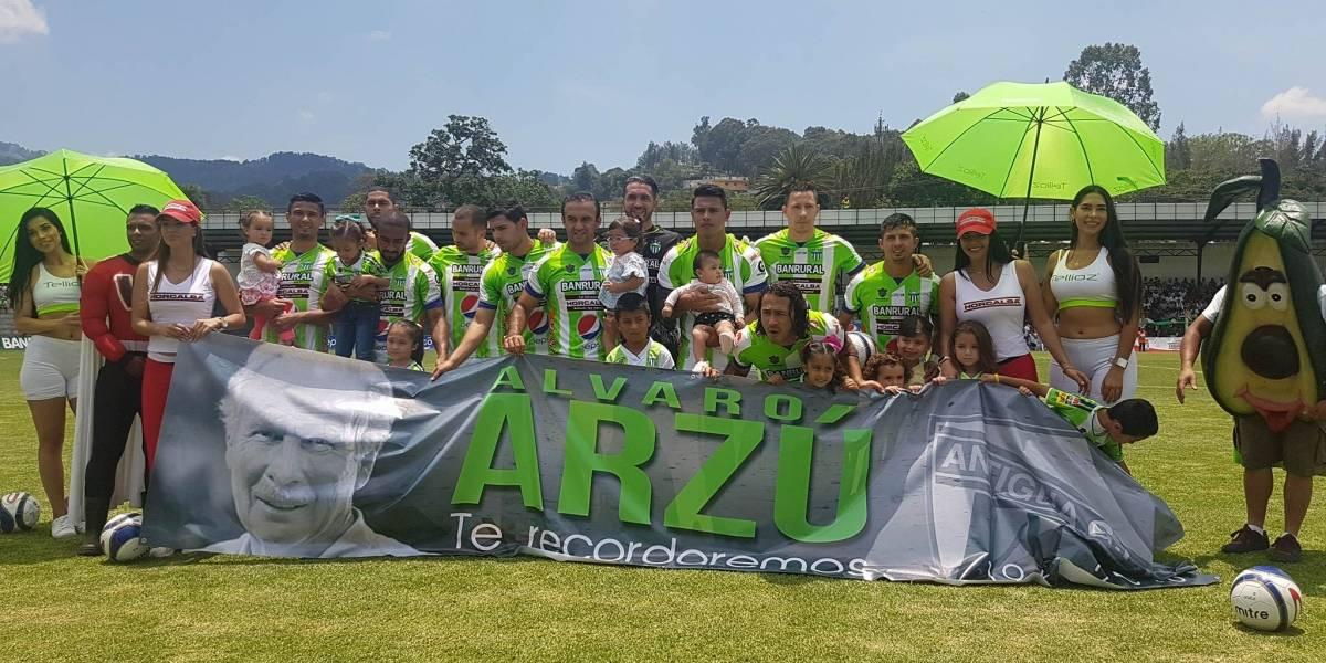 El emotivo homenaje de los jugadores de Antigua a Álvaro Arzú