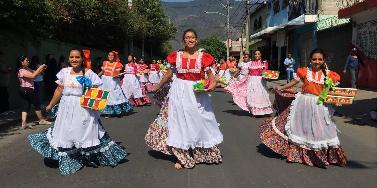 FOTOS. Amatitlán inaugura su Feria de la Cruz con un colorido y alegre desfile