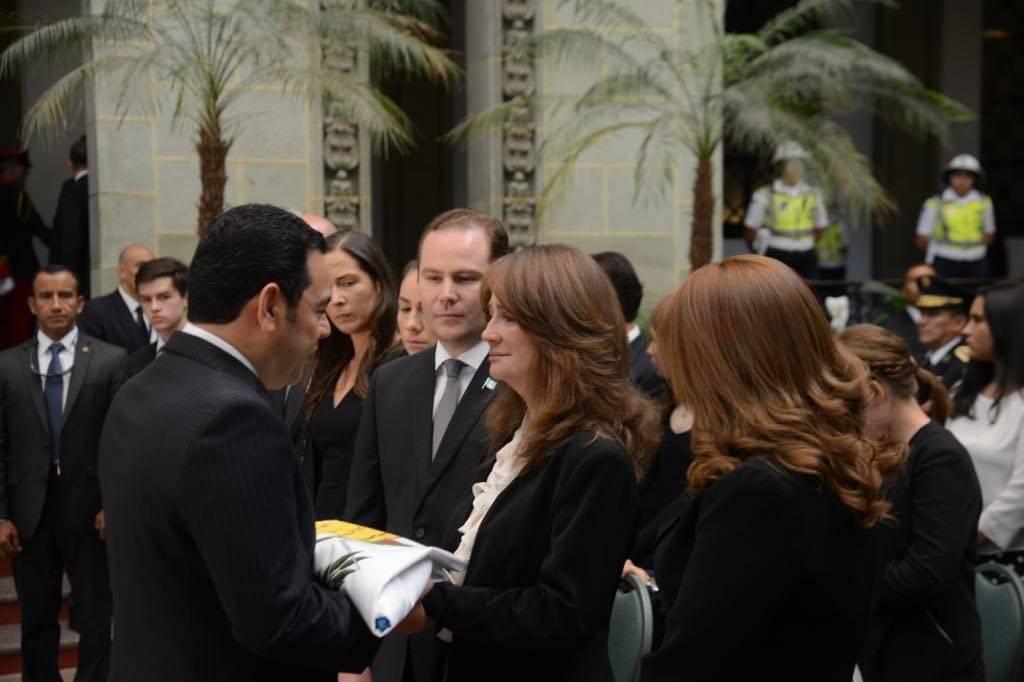 Jimmy Morales entrega Pabellón Nacional a Patricia de Arzú