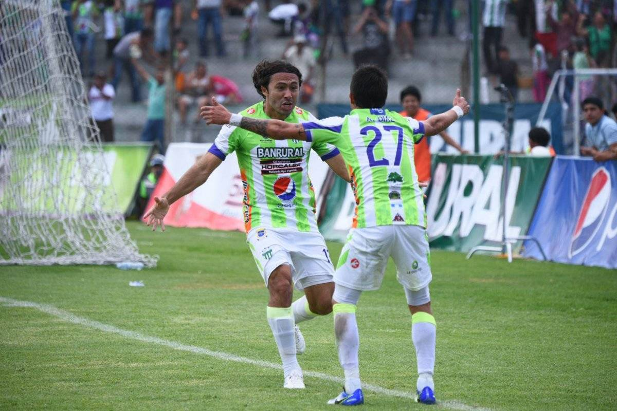 Tin Herrera celebra su gol con Alejandro Díaz
