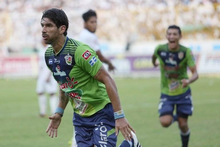 Sebastián Abreu celebra un gol con Santa Tecla