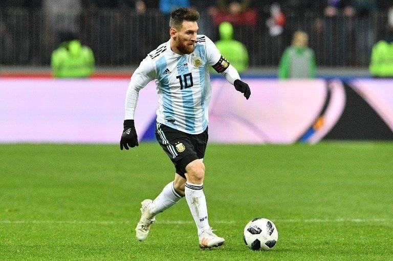Messi conduce el balón en un partido con la Albiceleste