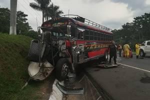 choque de tráiler y bus en Palín, Escuintla