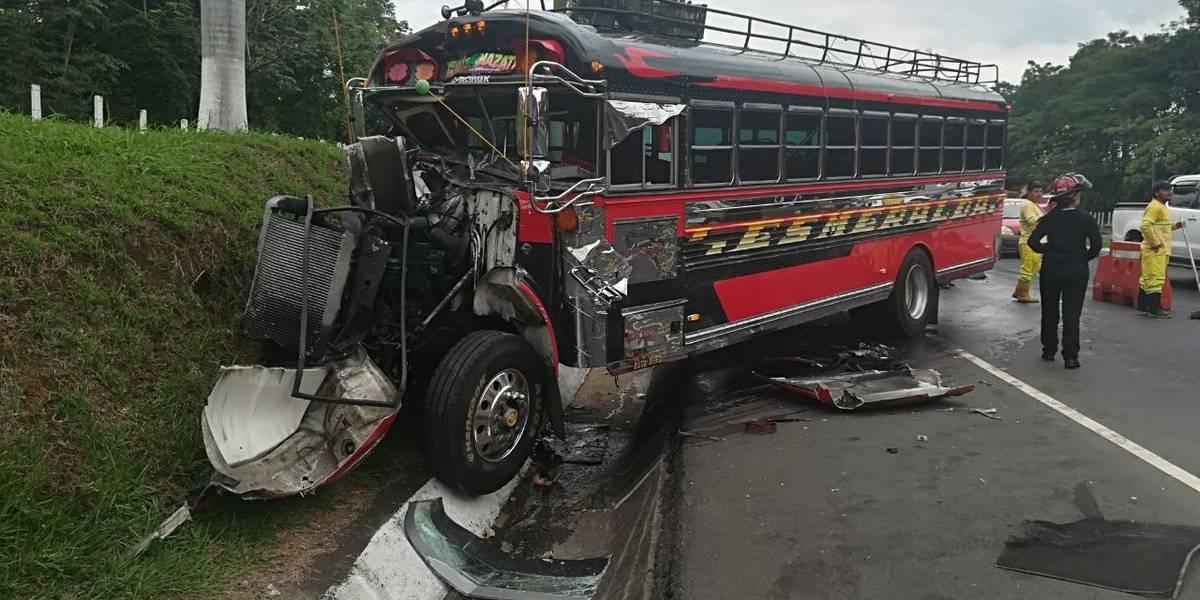 Cinco heridos tras colisión de autobús y tráiler en autopista Palín-Escuintla