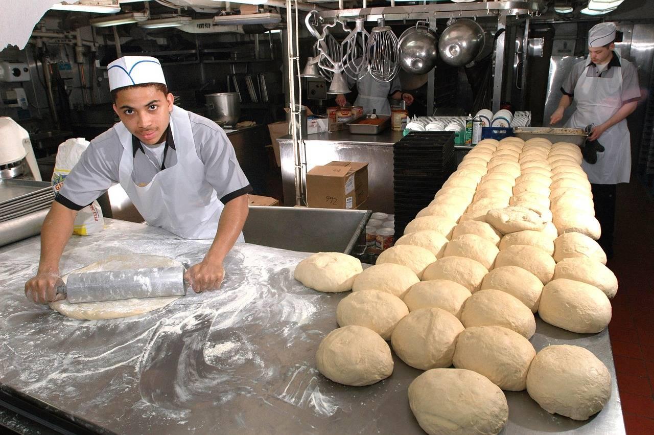 Un panadero mexicano patenta una máquina capaz de limpiar 60 charolas por minuto