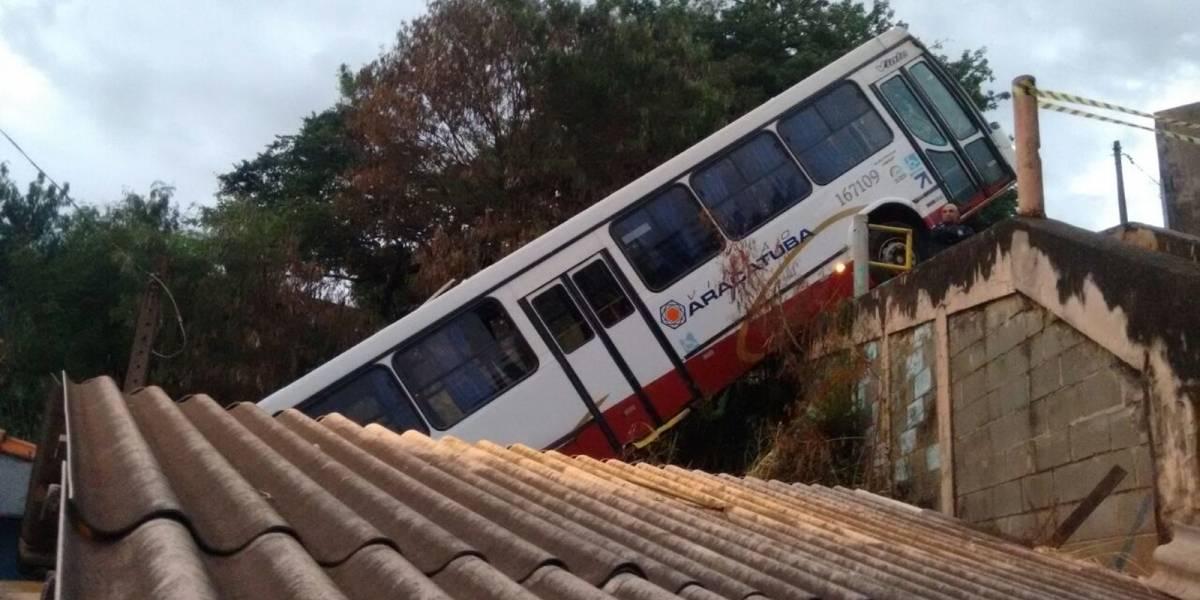 Adolescente furta ônibus, despenca sobre casa e apanha de moradores em São Carlos