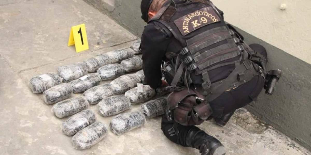 Decomisan droga que estaba oculta en la llanta de un vehículo en Petén