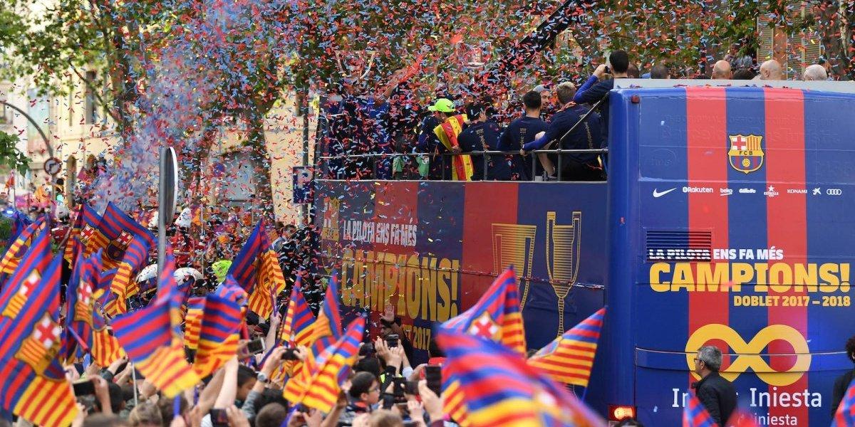 Barcelona festeja su doblete con la afición azulgrana