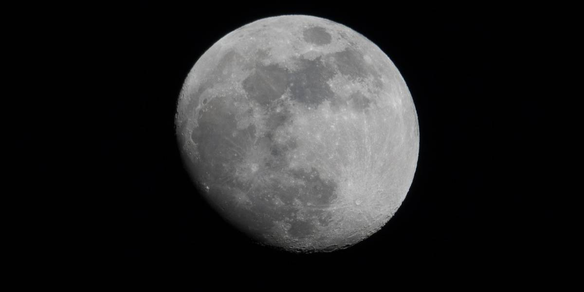 Astrónomo amateur capta objetos misteriosos sobrevolando la Luna