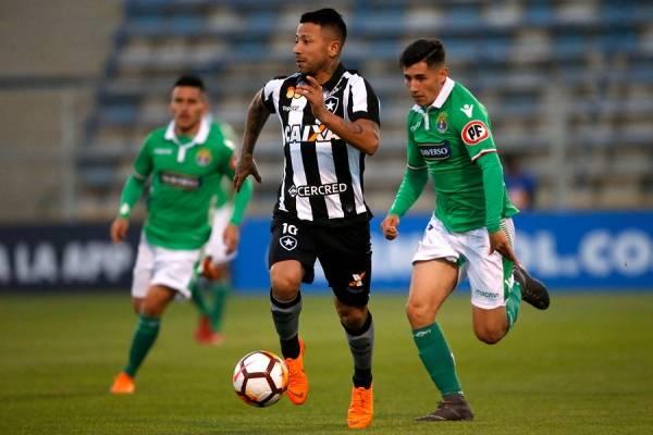 Riquero celebró el gol de Deportes Temuco flameando la bandera Mapuche