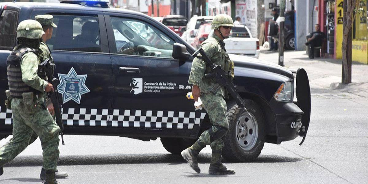 Militares y policías realizan operativo en la 5 de Febrero