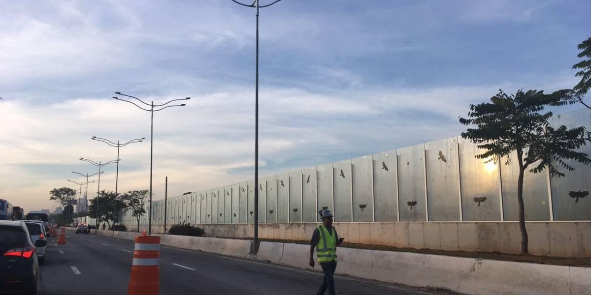 Instalação de muro de vidro bloqueia parte da marginal Pinheiros até a tarde