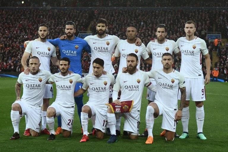Jugadores de la Roma antes del juego ante el Liverpool