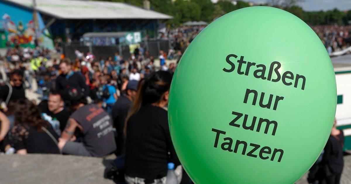 """Balão com os dizeres """"As ruas são somente para dançar"""" marcou o dia do Trabalhador em Berlim, na Alemanha REUTERS/Fabrizio Bensch"""