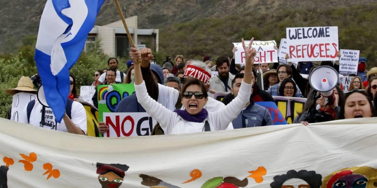 """""""Sí se pudo"""": Migrantes entran a Estados Unidos tras viajar en caravana a la frontera"""
