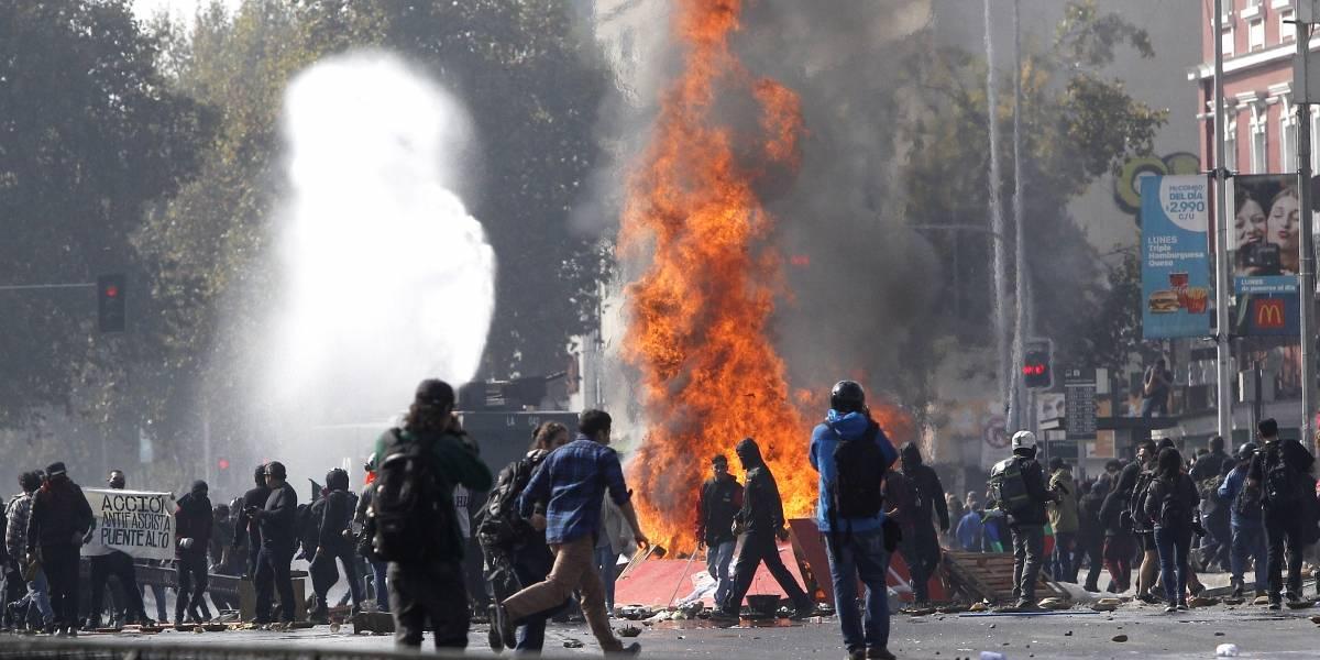 """Con y sin disturbios: Así fueron las dos marchas del """"Día del trabajador"""""""