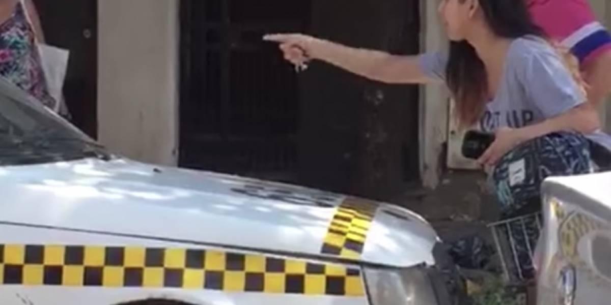 ¡Un aplauso para esta mujer! Obligó a taxista que la acosó en la calle a pedirle disculpas