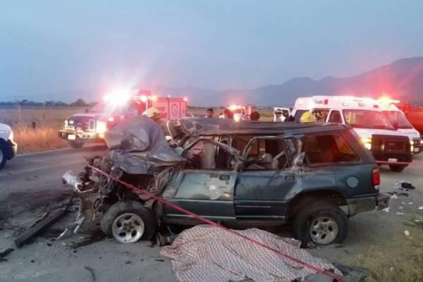 Dos muertos y siete heridos en choque de camioneta con tráiler