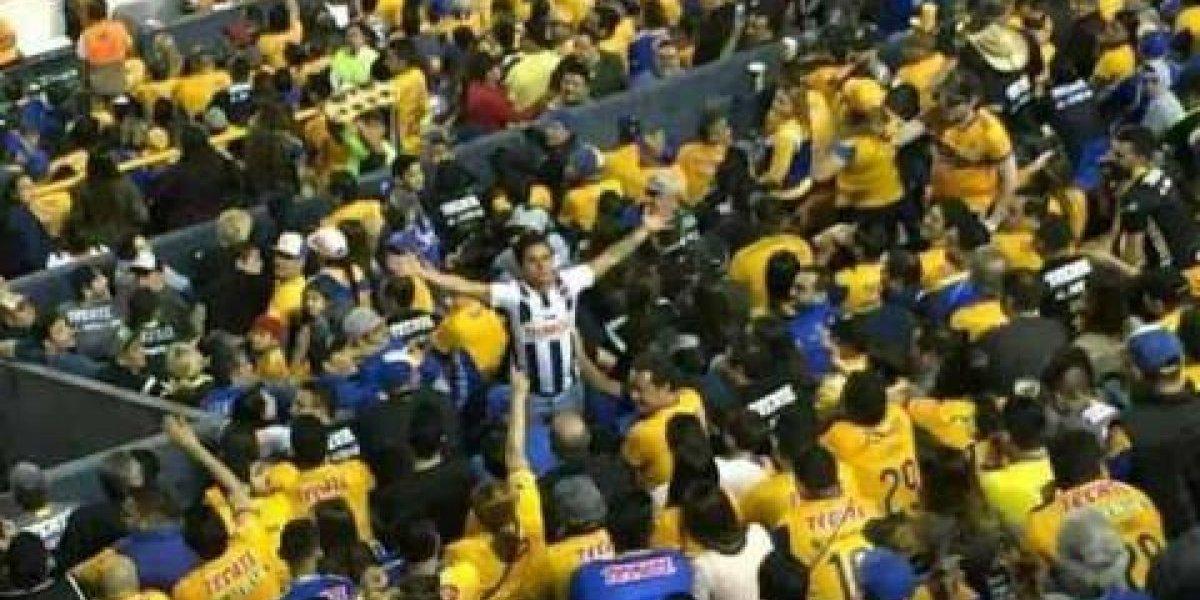 VIDEO: Aficionados de Tigres bañan con cerveza a seguidor de Rayados