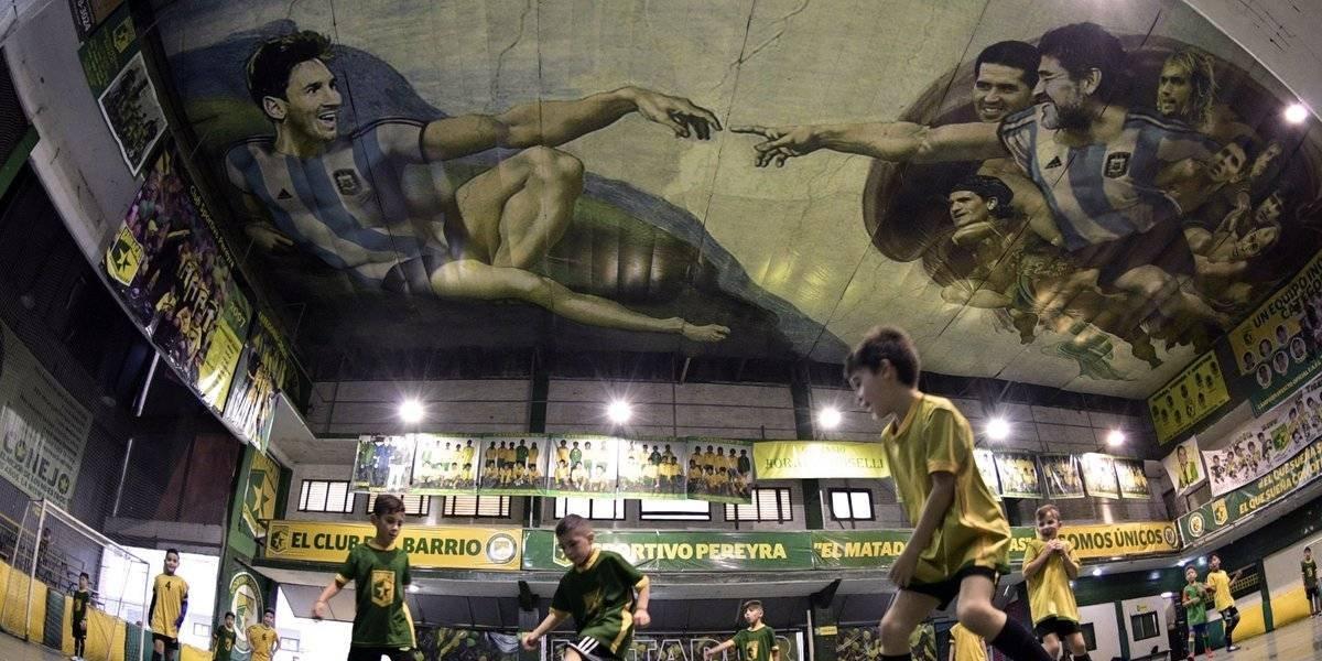 Messi y Maradona son plasmados en fresco al estilo de 'La creación de Adán'