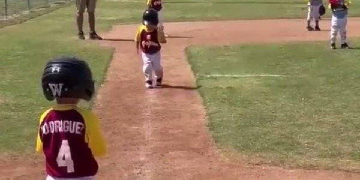 VIDEO: Niño hace 'slow motion' en partido de beisbol