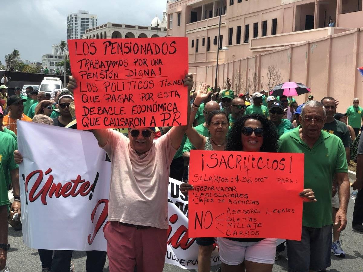 Manifestantes con pancartas y consignas marchando hacia el Capitolio de Puerto. / Foto: David Cordero Mercado