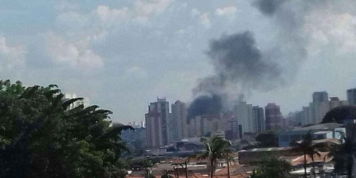 Galpão pega fogo na zona leste de SP; bombeiros foram acionados