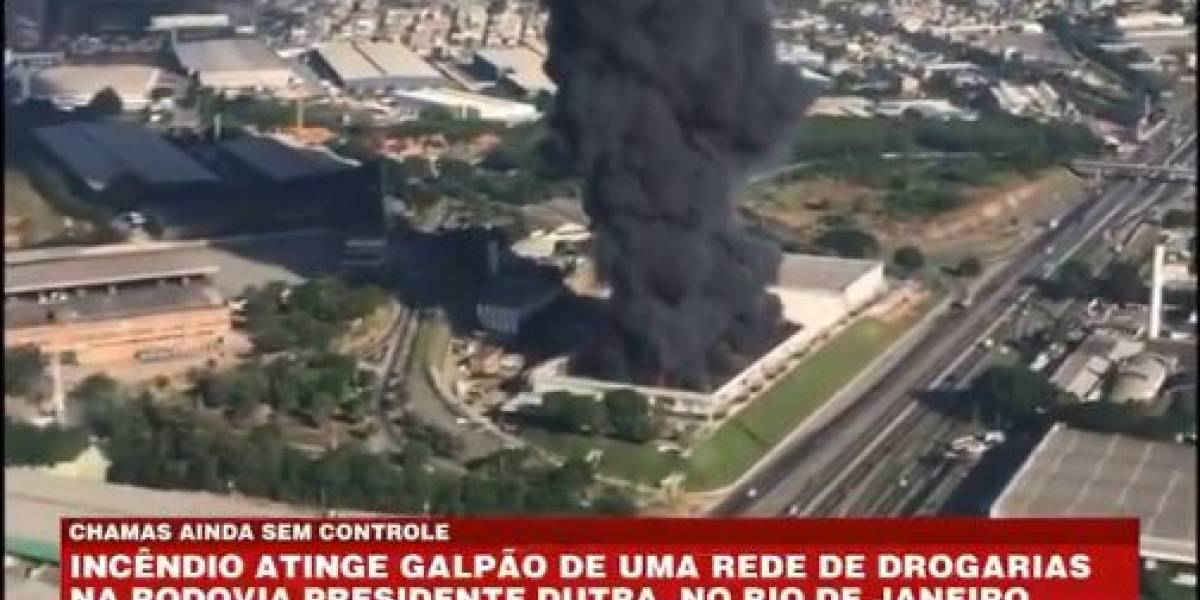 Incêndio atinge galpão de rede de farmácias no Rio