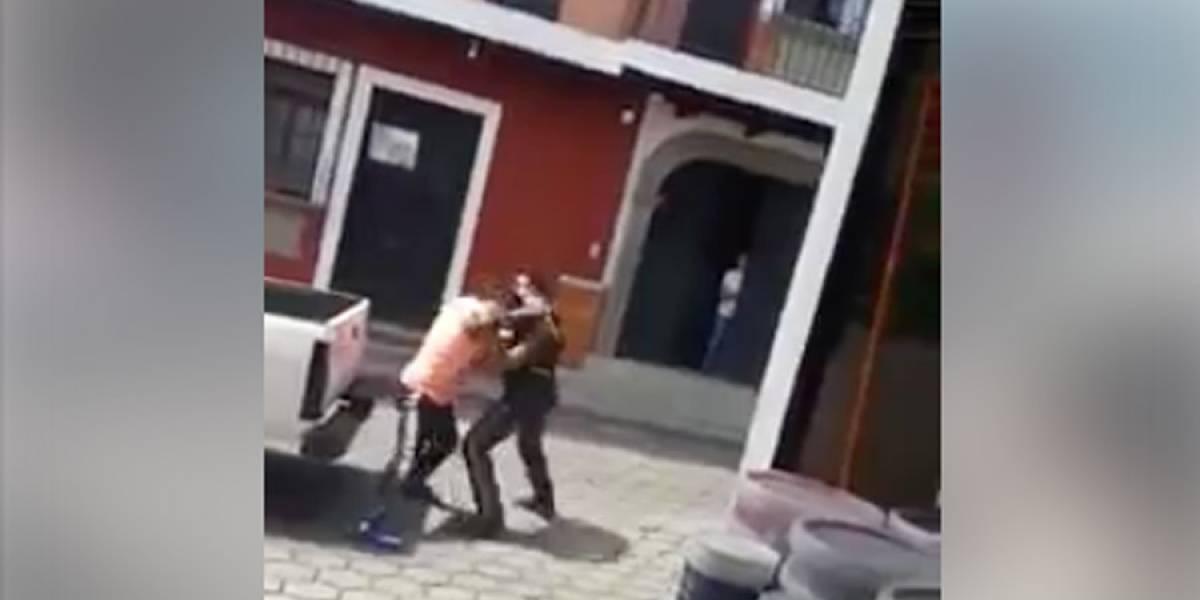 VIDEO. Agente PMT y un vecino de Ciudad Vieja, Sacatepéquez, protagonizan pelea en plena calle