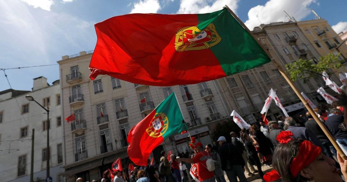 Manifestantes foram as ruas com a bandeira de Portugal REUTERS/Rafael Marchante