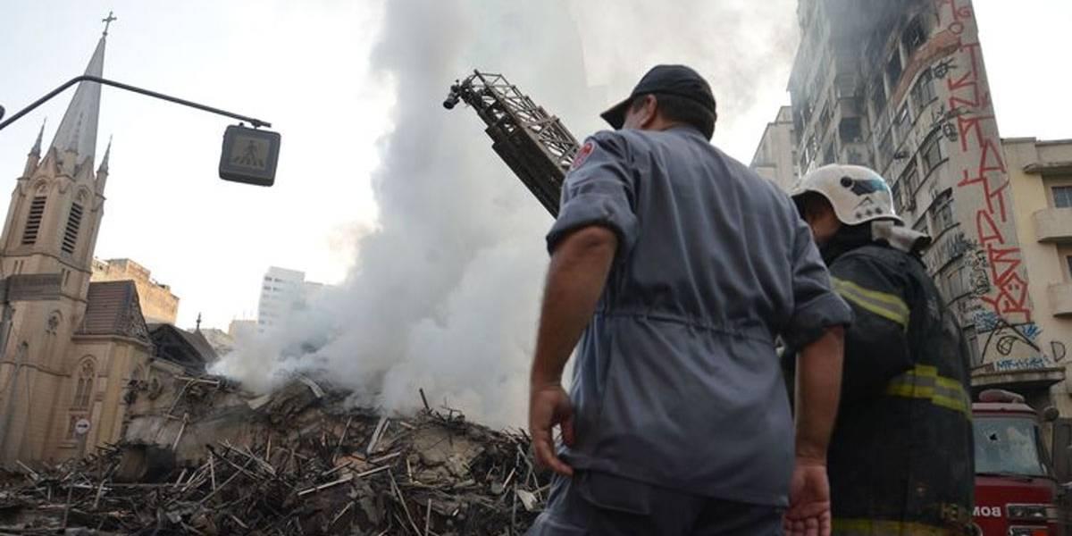 Bombeiros fazem rescaldo de escombros de prédio que pegou fogo em SP