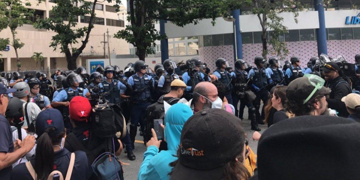 Video: Se caldean los ánimos en protesta en la Milla de Oro