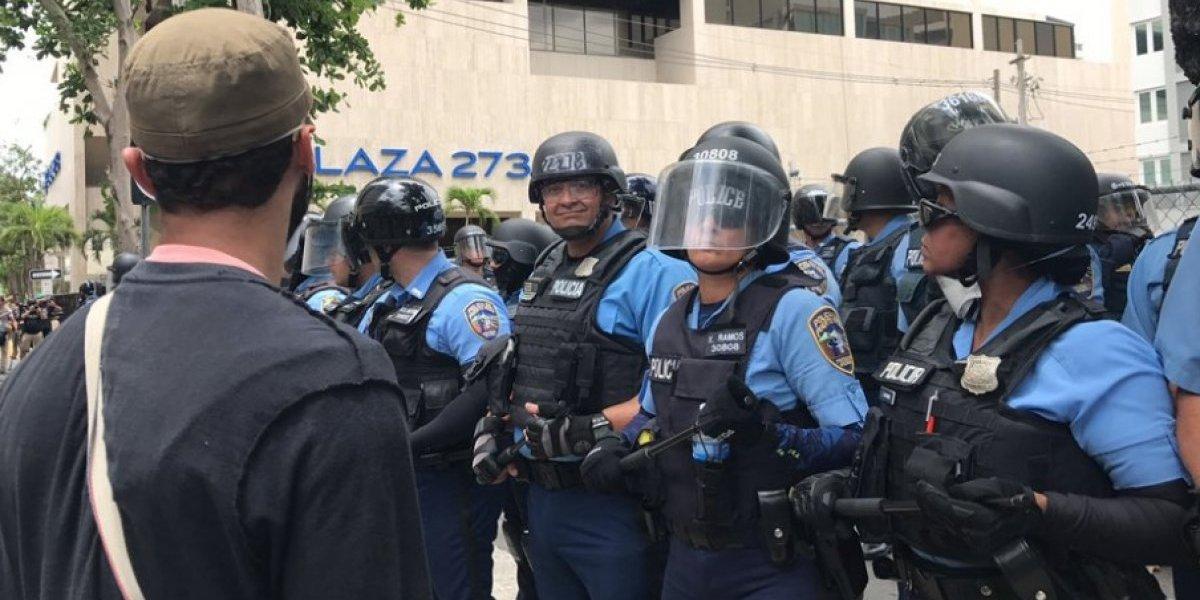 Policía usa gases lacrimógenos para dispersar a manifestantes