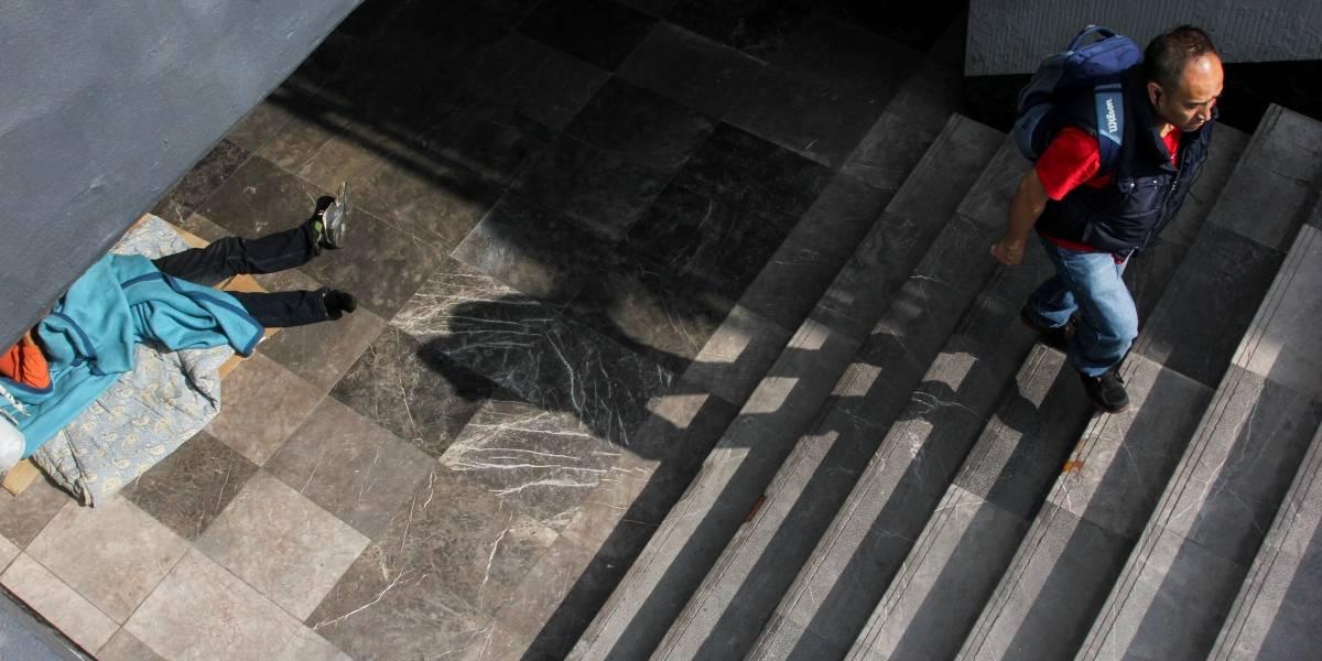"""Borracho """"vuela"""" y cae sobre mujer en estación Zapata del Metro"""