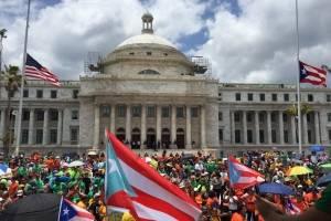 Manifestantes de distintos sindicatos llegaron hasta el lado norte del Capitolio, como parte de las manifestaciones del 1 de mayo. / Foto: Miladys Soto