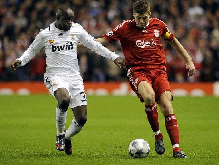 El francés Lass Diarra y Steven Gerrard
