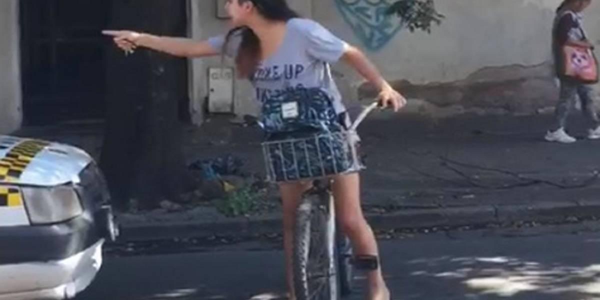 Joven argentina acosada por un taxista detiene el tráfico y lo obliga a pedir perdón
