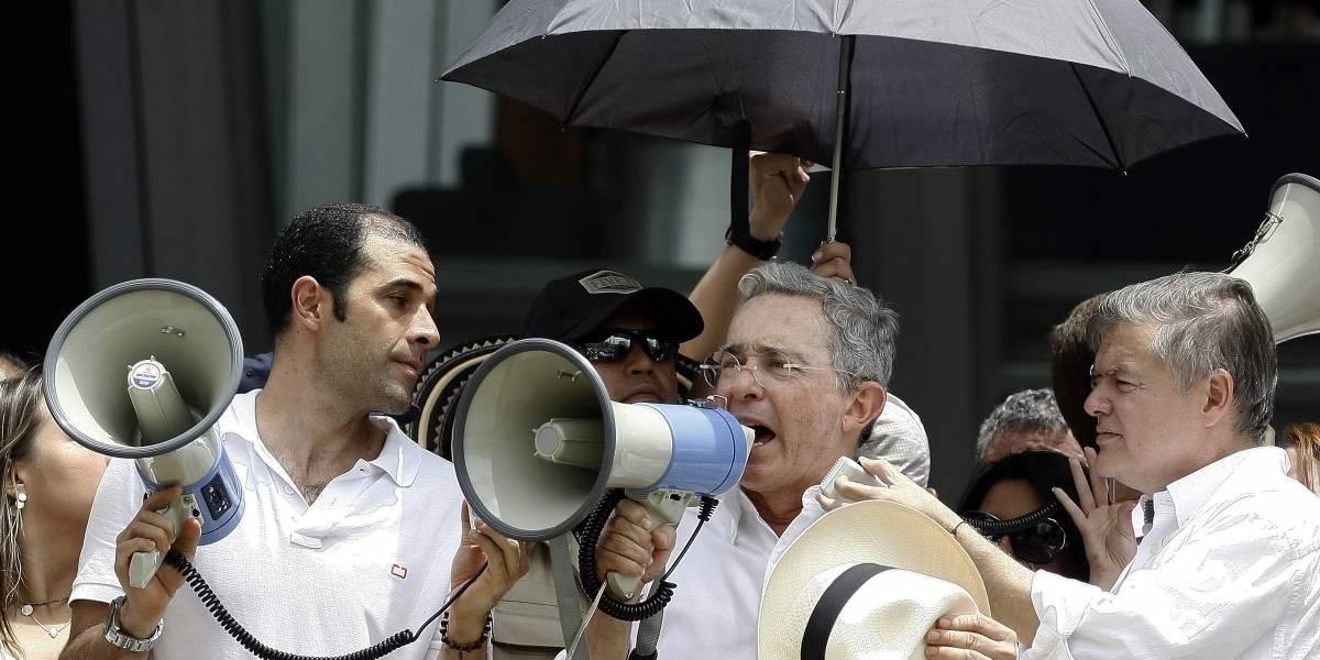 Uribe retó a estudiantes que le gritaron 'asesino' en Santa Marta