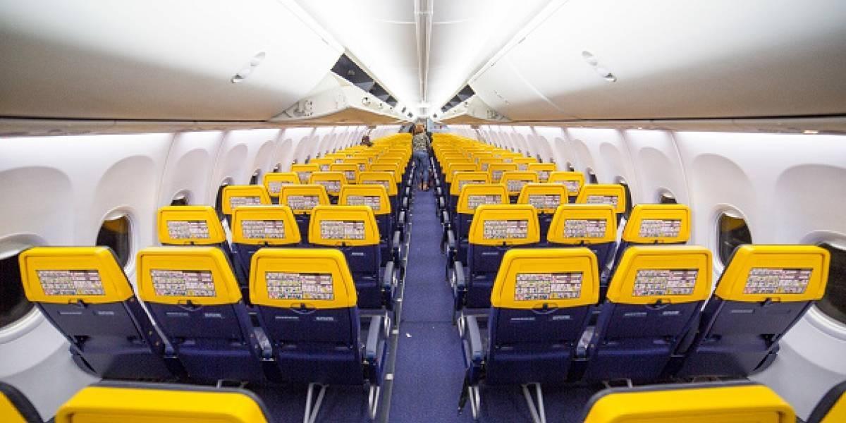 Passageiro abre a porta do avião e causa pânico em demais viajantes: estava com calor