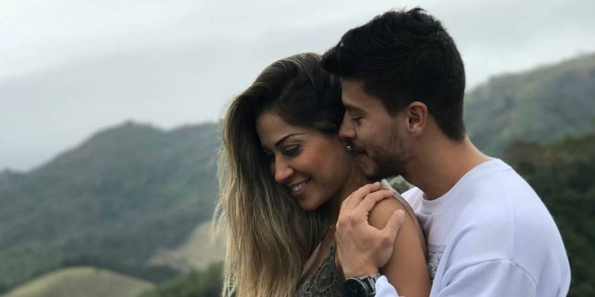 Mayra Cardi e Arthur Aguiar reúnem família em videoconferência para revelar gravidez
