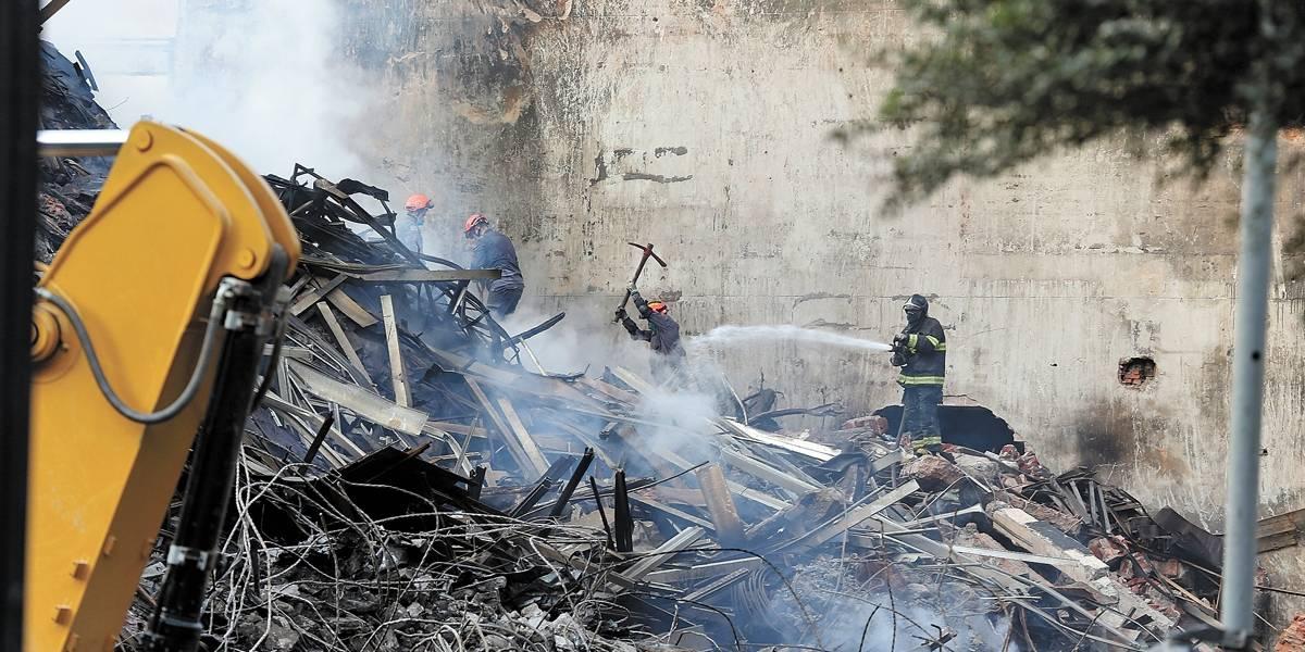 Prédios e igreja vizinhos ao que caiu estão interditados