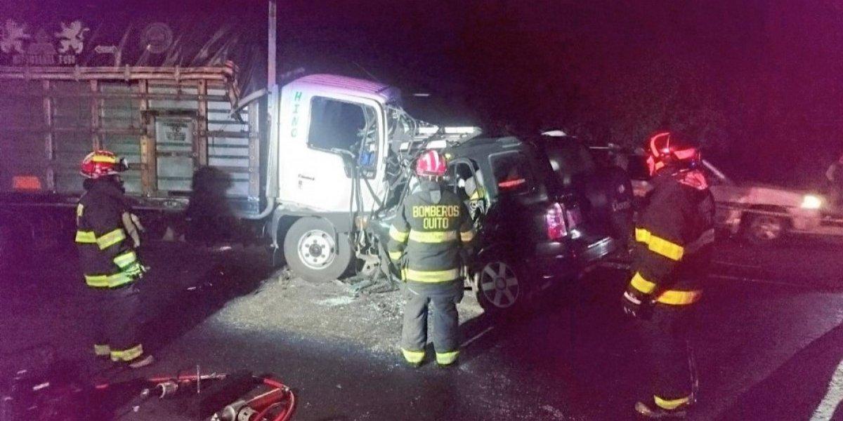Cuatro personas fallecidas en accidente de tránsito sector de las Balvinas, Quito